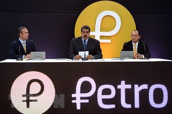 Tổng thống Venezuela Nicolas Maduro (giữa) trong cuộc họp báo về đồng Petro điện tử tại Caracas ngày 20/2